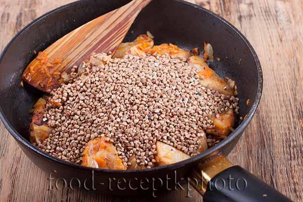 Куриное мясо с морковью и луком и гречкой на сковороде