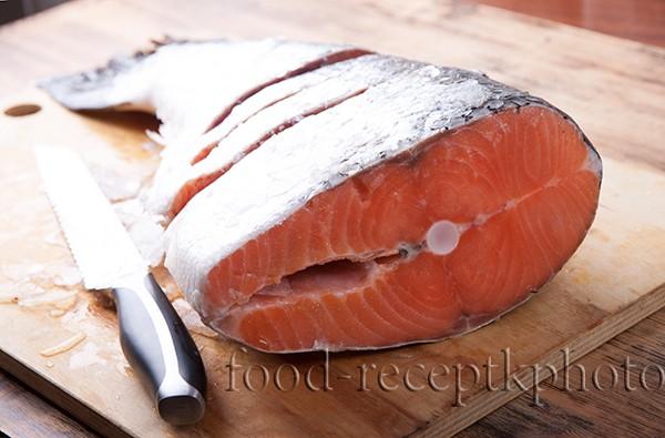 На фото полвина рыбины семги подготовленной для засолки в домашних услоывиях