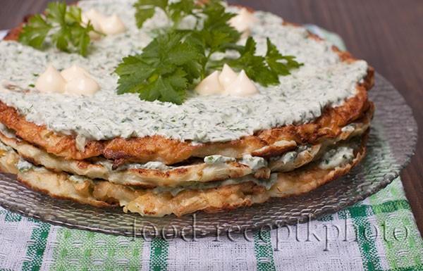 На фото торт из кабачков с прослойкой из творожного мягкого сыра с зеленью