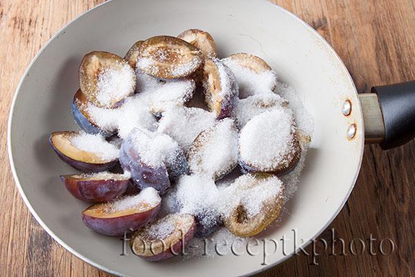 На фото слива с сахаром в сковороде