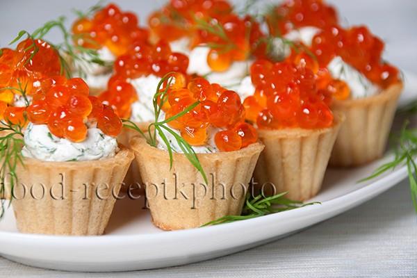 Тарталетки с красной икрой и творожным сыром