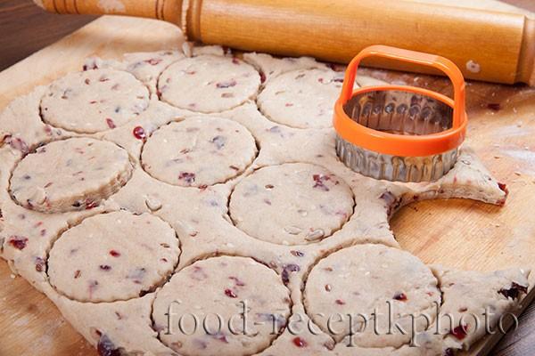 На фото раскатанное тесто для печенья с формочкой для вырезания печенья