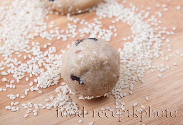 Заготовка из теста для печенья в виде шарика