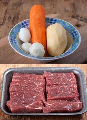 На фото ингредиенты для мяса с овощами :сырое мясо в поддоне, и репа,морковь и лук в тарелке