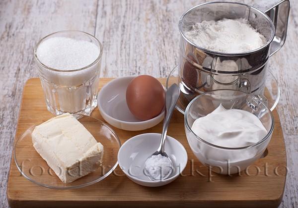 На фото ингредиенты для сметанного печенья