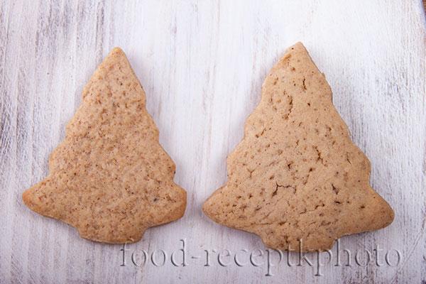 Имбирное печенье на белой разделочной доске