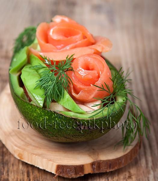 На фото салат из семги с авокадо,помидорами и яблоками