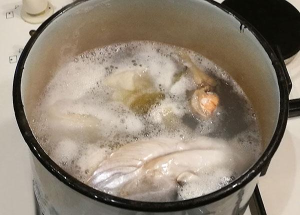 На фото в кастрюле готовится рыбный бульон из рыбных отходов