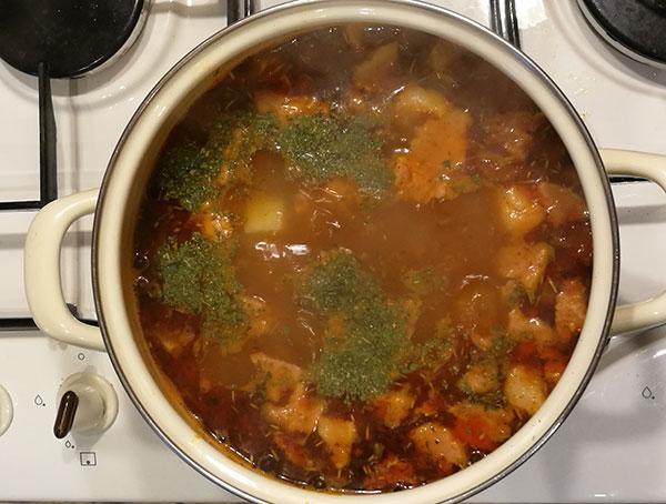 На фото кастрюля с фасолевым супом