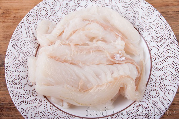 На фото сырое рыбное филе в тарелке