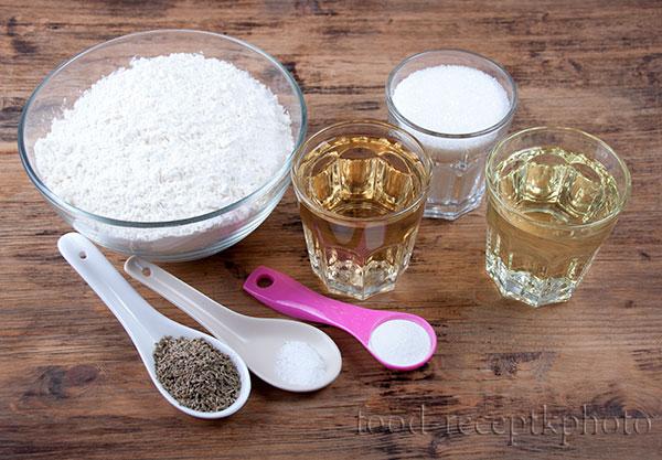 На фото на деревянном столе ингредиенты для итальянского винного печенья