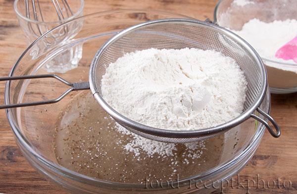 На фото в стеклянном салатнике готовится смесь для печенья