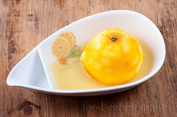 На фото в соковыжималке апельсин