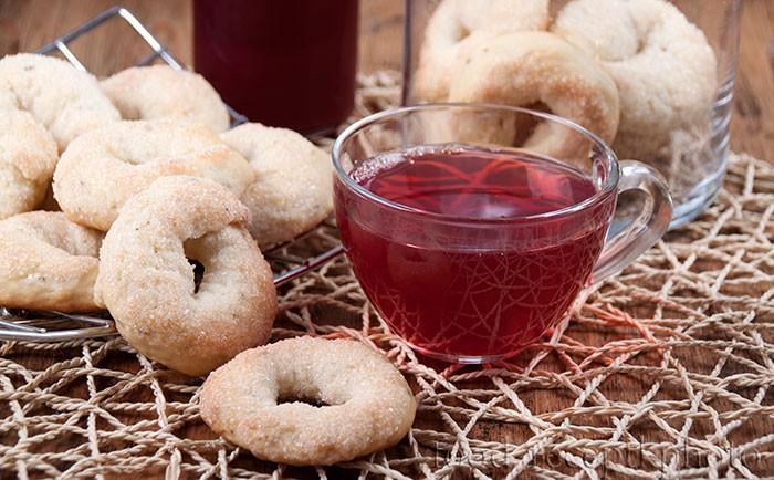 На фото итальянское винное печенье и чашка с морсом