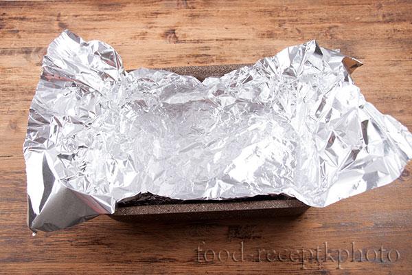 На фото форма для запекания выложенная фольгой
