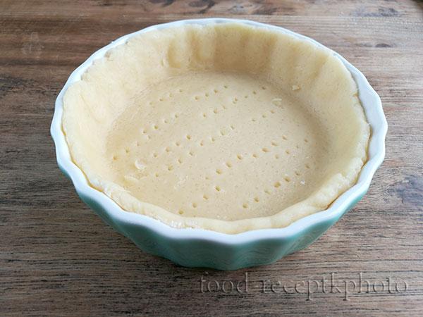 На фото песочное тесто в форме для запекания