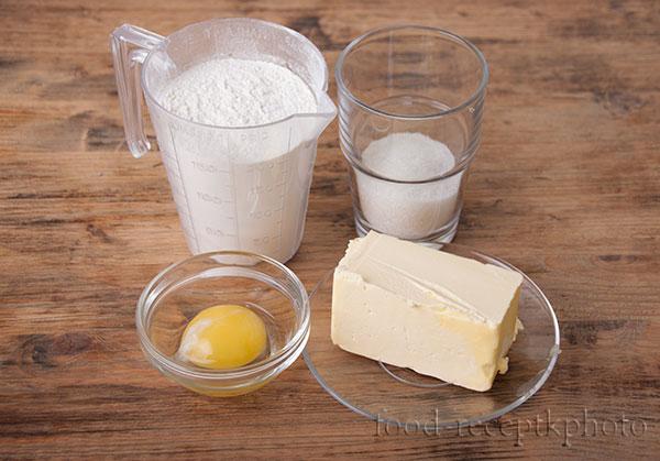 На фото ингредиенты для песочного теста:мука,масло,сахар,яйцо