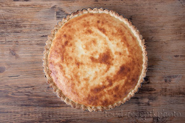 На фото пирог с начинкой в форме для запекания
