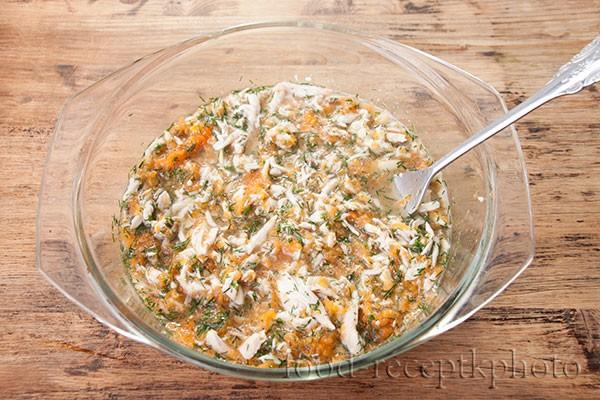 На фото стеклянная форма с куриным отварным мясом и овощами