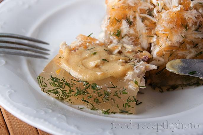 На фото в белой тарелке кусочки холодца с горчицей