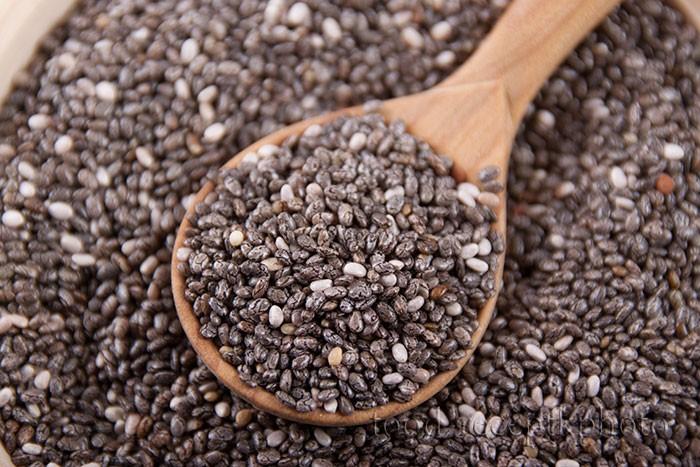 На фото семена чиа в деревянной ложке