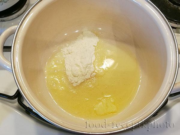 На фото кастрюля с растопленным маслом и мукой
