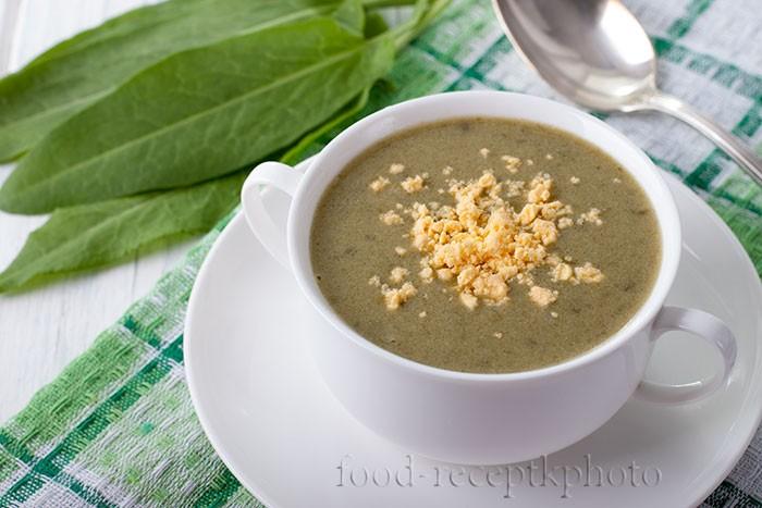 На фото в белой чашке суп-пюре из щавеля