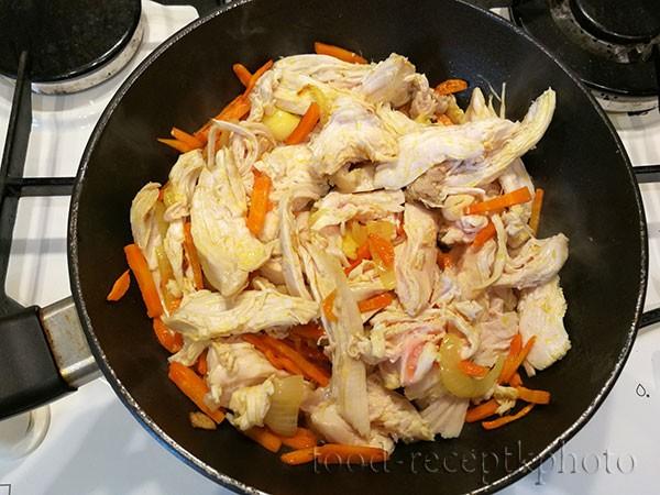 На фото куриное мясо с овощами в сковороде