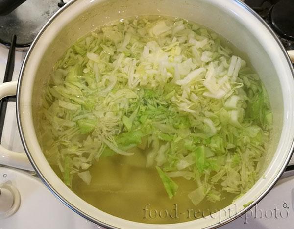 На фото кастрюля с готовящимся супом