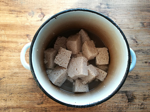На фото кастрюля с хлебной закваской для кваса