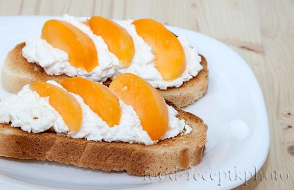 На фото гренки из белого хлеба с творогом и абрикосами