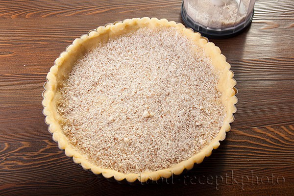 На фото форма для выпечки с песочным тестом для пирога