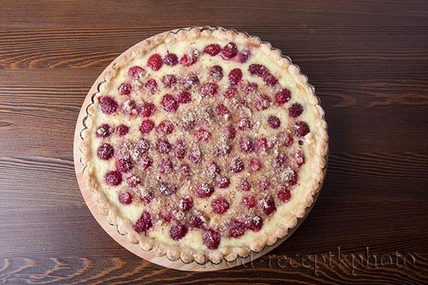 На фото пирог с малиной в форме для выпечки