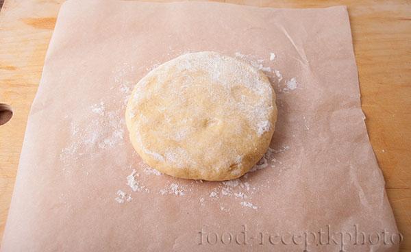 На фото песочное тесто на пекарской бумаге