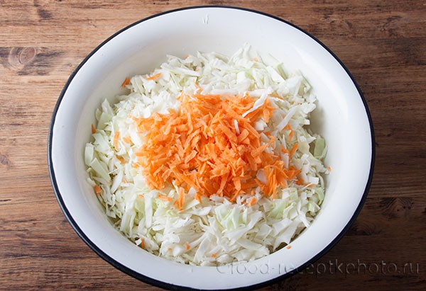 На фото шинкованая капуста с морковкой в блюде