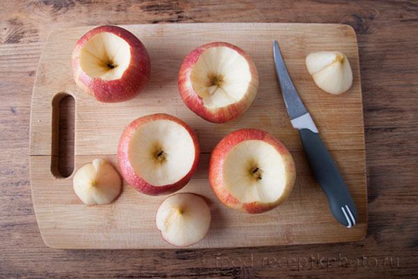 На фото яблоки на разделочной доске