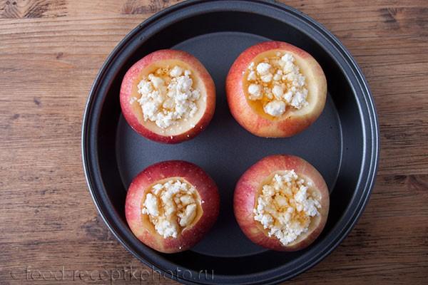 На фото яблоки с начинкой из творога в форме для запекания