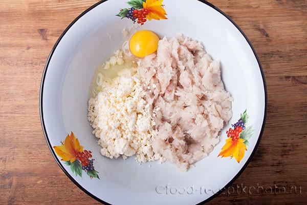 На фото в миске рыбный фарш с творогом и яйцом