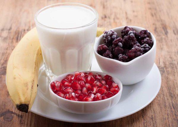 Ингредиенты для смузи: банан,ежевика,семена граната,йогурт