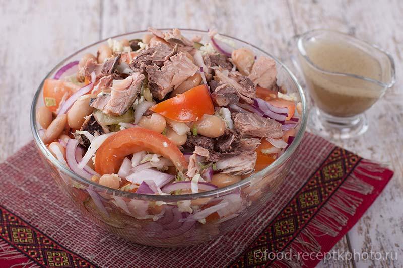 Салат с тунцом, фасолью и овощами