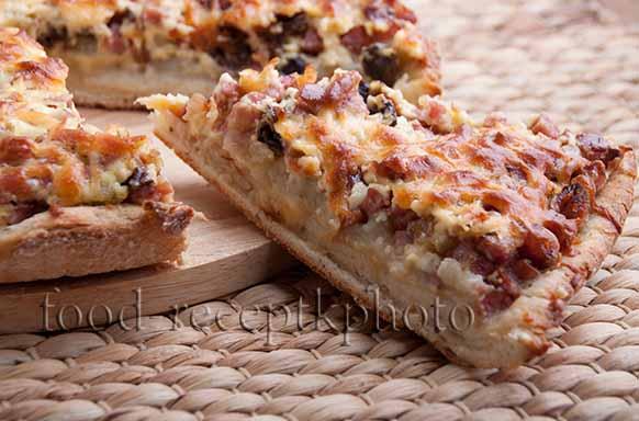 Картофельный пирог с грибами и полукопченой колбасой