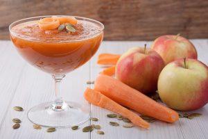 Морковно-яблочный смузи с тыквенными семечками