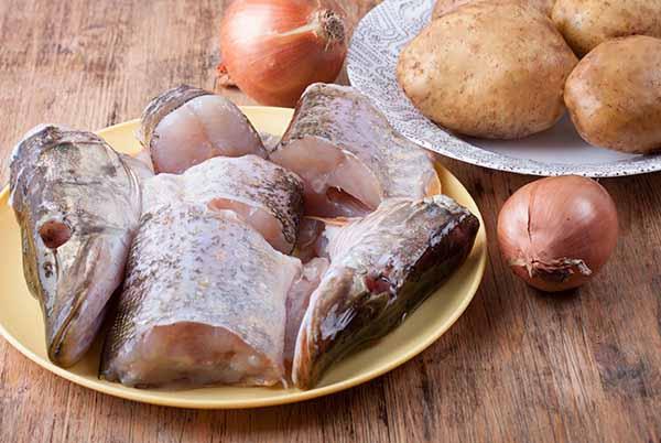 Щука и овощи для приготовления ухи и жаркого