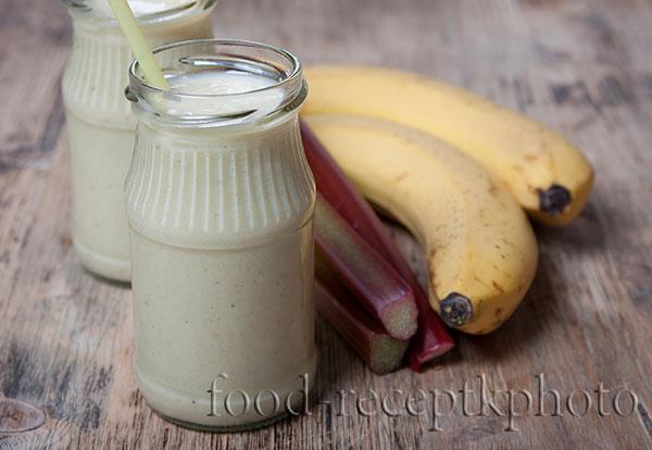 Смузи из ревеня с бананом и йогуртом