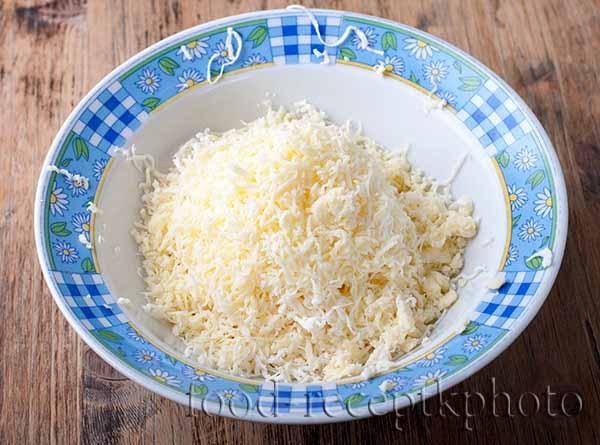 Натертый сыр в тарелке для сырных хлебцев
