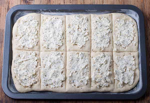 Тесто для сырных хлебцев на противне