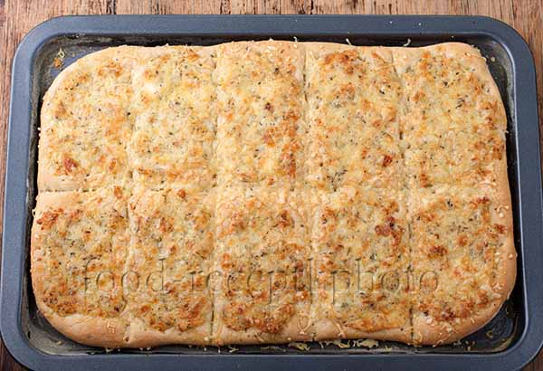 Сырные хлебцы на противне