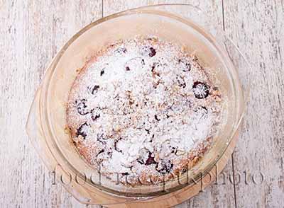 Готовый вишневый пирог с грецкими орехами в форме