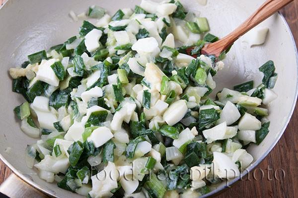 Начинка для лукового пирога: зеленый лук в сковороде