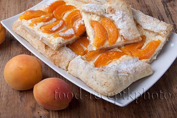 Пирог со свежими абрикосами и творогом на слоеном тесте